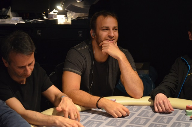 http://www.pokercity.nl/uploads/lrFoto/event1001/DSC_0420.JPG