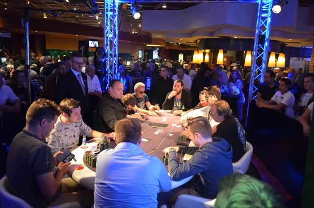 http://www.pokercity.nl/uploads/lrFoto/event1015/DSC_0591.JPG