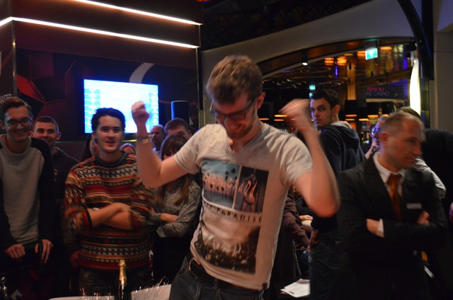 http://www.pokercity.nl/uploads/lrFoto/event1053/DSC_0035.JPG