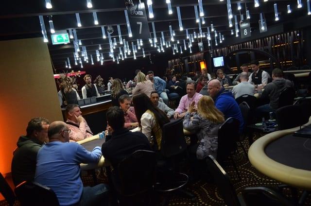 http://www.pokercity.nl/uploads/lrFoto/event1240/DSC_0171.JPG