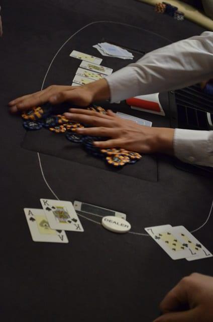 http://www.pokercity.nl/uploads/lrFoto/event1248/DSC_0010.JPG