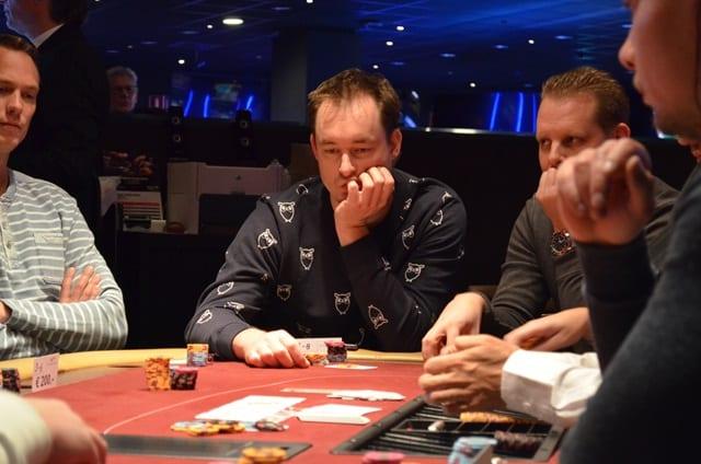 http://www.pokercity.nl/uploads/lrFoto/event1276/DSC_0158.JPG