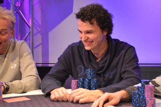 http://www.pokercity.nl/uploads/lrFoto/event1433/DSC_0349.JPG