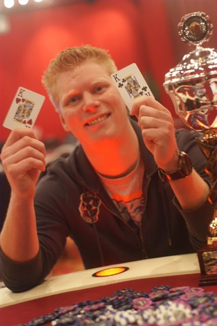 http://www.pokercity.nl/uploads/lrFoto/event297/DSC05719.JPG