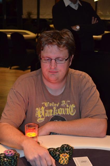 http://www.pokercity.nl/uploads/lrFoto/event683/DSC_0389.JPG