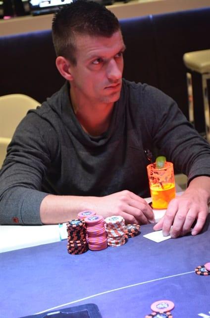 http://www.pokercity.nl/uploads/lrFoto/event804/DSC_9597.JPG