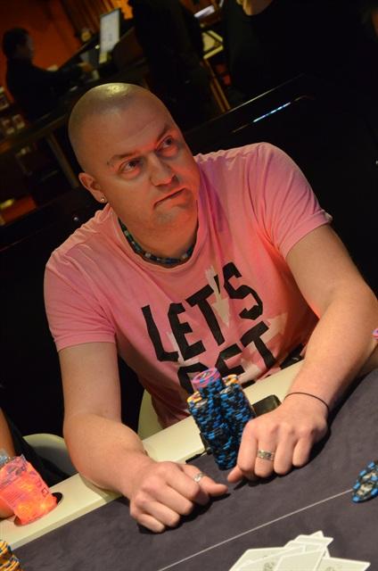http://www.pokercity.nl/uploads/lrFoto/event856/DSC_0152.JPG