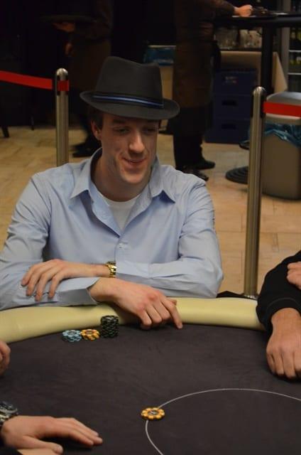 http://www.pokercity.nl/uploads/lrFoto/event969/DSC_0054.JPG