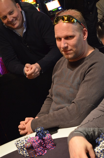 http://www.pokercity.nl/uploads/lrFoto/event975/DSC_0160.JPG