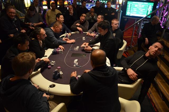 http://www.pokercity.nl/uploads/lrFoto/event975/DSC_0167.JPG